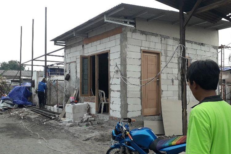 Korban kebakaran di Jalan Perumahan Taman Kota, Kembangan Utara, Kembangan, Jakarta Barat sudah mulai membangun kembali rumah mereka pada Selasa (17/4/2018). Pihak pemerintah kota telah mengimbau agar tidak lagi membangun rumah di lokas itu karena lahan itu milik pemerintah daerah.