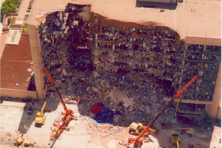Penampakan gedung Federal Alfred P. Murrah di Oklahoma, setelah ledakan bom pada 19 April 1995.
