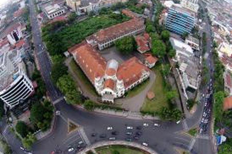 Bangunan Lawang Sewu di Semarang, Jawa Tengah, difoto dari udara, Minggu (29/6/2014). Lawang Sewu merupakan gedung peningggalan dari perusahaan kereta api swasta Nederlands-Indische Spoorweg Maatschappij atau NIS yang dibangun pada tahun 1904.