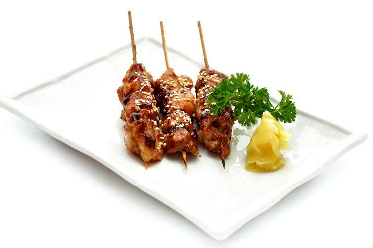 Ilustrasi sate ayam ala Jepang.