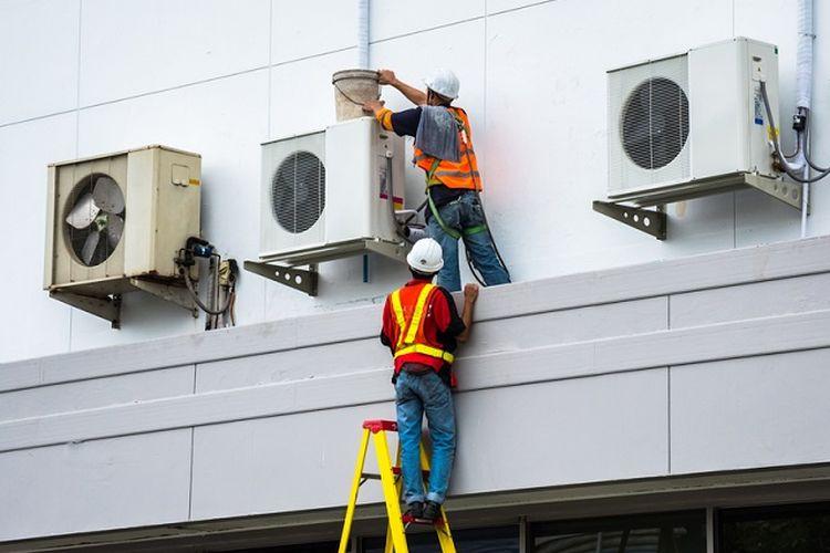 Ilustrasi teknisi sedang memperbaiki pendingin udara atau AC. (Shutterstock)