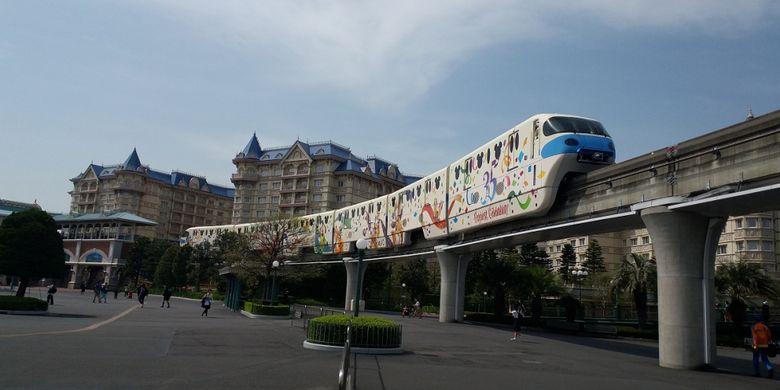 Pengunjung yang datang ke Tokyo Disneyland dan Tokyo Disney Sea bisa menggunakan kereta khusus dengan desain unik dari Stasiun Maihama, Tokyo.