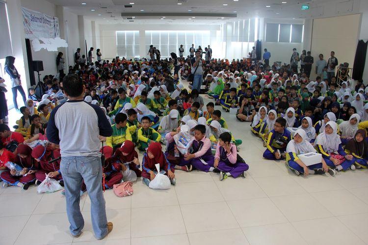 Sejumlah pelajar menunjukan beberapa alat-alat yang mereka gunakan dalam uji coba praktek dalam kegiatan Gramedia Science Olympic 2019 di Gramedia Cipto Kota Cirebon, Sabtu (19/1/2019). Kegiatan kerjasama banyak pihak ini merupakan upaya untuk mencari dan melahirkan ilmuwan ilmuan muda di Indonesia.
