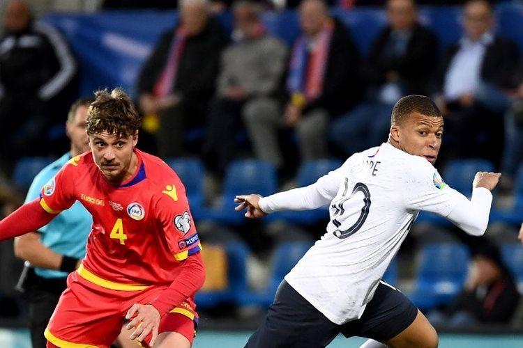 Kylian Mbappe berkelit dari pengawalan Marc Rebes pada pertadingan Andorra vs Perancis dalam lanjutan kualifikasi Euro 2020 di Stadion Nasional Andorra La Vella, 11 Juni 2019.