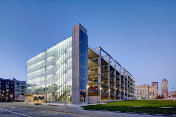 Bangunan enam lantai ini dirancang untuk mengakomodasi 540 kendaraan