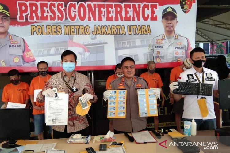 Kapolres Metro Jakarta Utara Kombes Polisi Sudjarwoko (tengah) saat jumpa pers di Mapolres, Jumat (11/9/2020).