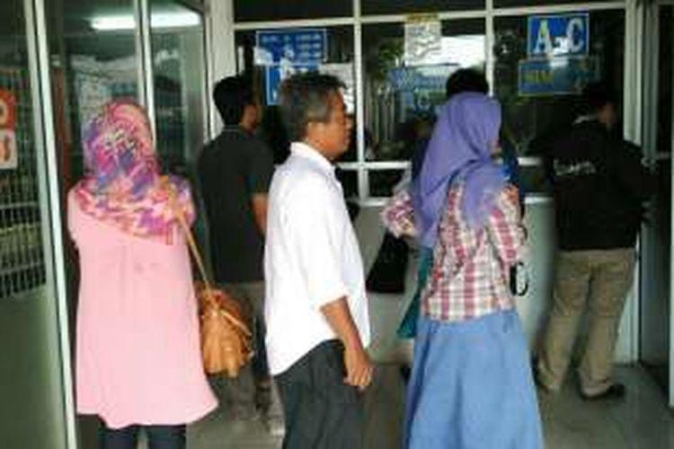 Loket tes kesehatan, loket pertama yang harus didatangi masyarakat yang ingin mengurus SIM di Satpas Daan Mogot, Jakarta Barat. Banyak oknum calo menawarkan jasa pengurusan SIM yang lebih cepat di sekitar loket, Senin (2/5/2016).