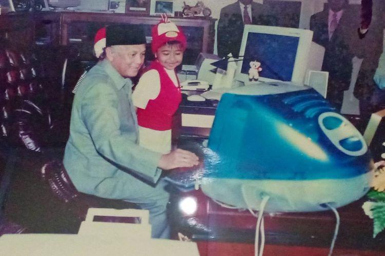 Joshua Suherman membagikan foto saat kecil bersama mendiang Presiden ke-3 RI BJ Habibie.