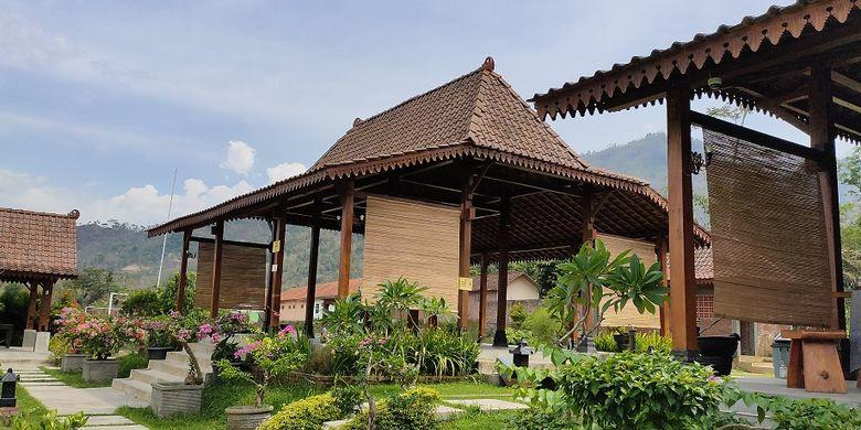Balai Ekonomi Desa (Balkondes) Majaksingi yang berlokasi 3,9 kilometer dari Candi Borobudur menawarkan beragam akomodasi seperti penginapan, hingga spa dan pijat relaksasi.