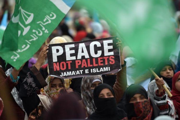 Warga Pakistan dari partai Jamaat-e-Islami berkumpul dalam demonstrasi untuk menandai Hari Solidaritas Kashmir di Islamabad pada 5 Februari 2019. (AFP/AAMIR QURESHI)