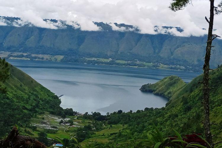 Danau Toba dengan Pulau Samosir dan lembah Sigapiton, diambil dari salah satu sudut di The Kaldera Toba Nomadic Escape, Kabupaten Toba, Sumatera Utara
