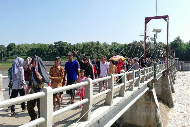 Jembatan di atas Bendungan Kamijoro menghubungkan Kabupaten Kulon Progo dan Bantul, Daerah Istimewa Yogyakarta. Ribuan warga jalan dan menyesaki jembatan ini. Warga datang ke sana untuk memuaskan rasa penasaran setelah jembatan dan taman menjadi viral. Taman Bendung Kamijoro jadi destinasi baru bagi wisatawan.