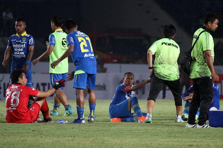 Pemain Persib Bandung larut dalam kekecewaan setelah ditahan imbang Tira-Persikabo pada pekan keempat Liga 1 2019, di Stadion Si Jalak Harupat, Kabupaten Bandung.