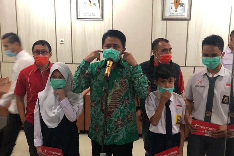 Gubernur Sumatera Selatan Herman Deru saat memberikan secara simbolis bantuan kuota internet sebesar 10GB kepada pelajar untuk digunakan selama satu bulan penuh secara gratis selama mengikuti proses belajar daring, Rabu (26/8/2020).