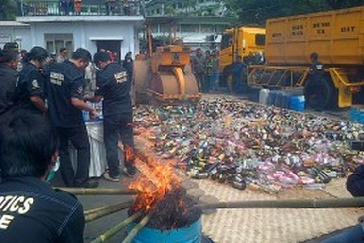 Polrestabes Bandung memusnahkan ribuan barang bukti sitaan berupa 2325 butir pil ekstasi, 7 kilogram ganja kering, 3500 botol minuman keras beralkohol dan 1000 liter tuak, Kamis (5/7/2013)