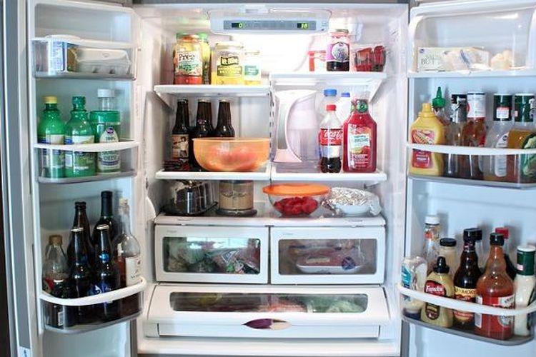 Ketika melihat bekas-bekas makanan berserakan di rak kulkas, tiba-tiba Anda menyadari bahwa inilah saatnya untuk membersihkan kulkas.
