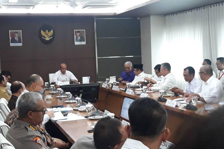 Menteri Koordinator bidang Pembangunan Manusia dan Kebudyaan (Menko PMK) Muhadjir Effendy memimpin rapat mengenai revisi hari libur nasional dan cuti bersama tahun 2020 di kantor Kemenko PMK, Senin (9/3/2020).