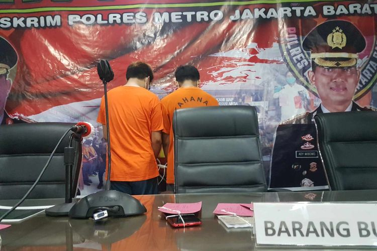 MSA dan NK, dua tersangka penyebaran video berkonten pornografi dengan pemeran menyerupai pesinetron berinisial GL, dalam konferensi pers di Mapolres Jakarta Barat, Senin (1/3/2021).