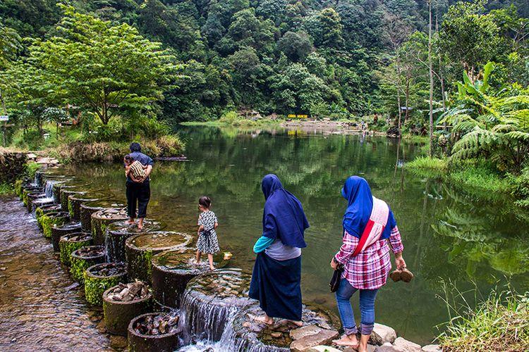 Pengunjung melintas di atas Bendungan Candi Muncar,Girimarto, Wonogiri.