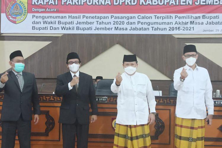 Pasangan Calon Bupati dan Wakil Bupati Jember terpilih, Hendy Siswanto – KH M Balya Firjaun Barlaman usai sidang paripurna pengumuman Penetapan Bupati terpilih di DPRD Jember Jumat (29/1/2021).