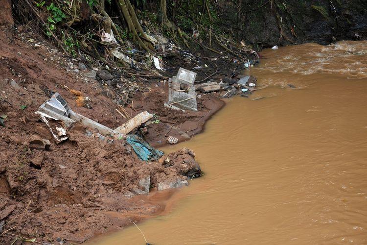 Tampak longsoran di dua lokasi di TPU Cikutra yang merusak sejumlah makam dan menghanyutkan jasad ke anak sungai Cidurian, Sabtu (5/4/2020).