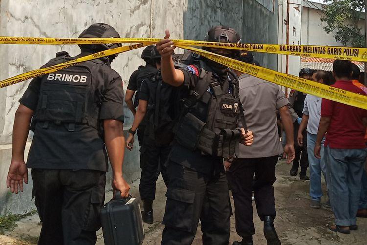 Tim Inafis serta Tim Detasemen Khusus (Densus) 88 Antiteror Mabes Polri melakukan olah TKP dengan menyisir setiap sudut rumah terduga teroris E alias AR yang ditangkap di Kelurahan Nanggewer Rt 02/03 Cibinong Bogor Jawa Barat, Sabtu (18/5/2019)