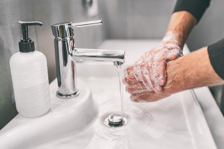 Ilustrasi cuci tangan, salah satu penerapan 3M, sangat penting dalam mencegah potensi penularan virus corona SARS-CoV-2 penyebab Covid-19. Studi peneliti Jepang menemukan virus SARS-CoV-2 dapat bertahan di kulit manusia selama 9 jam.