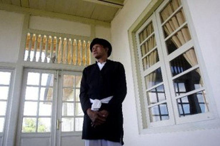 Abdi dalem Keraton Ternate di Keraton Kesultanan Ternate, Kota Ternate, Maluku Utara, Selasa (3/7/2012). Keraton ini dibangun oleh Sultan Muhammad Ali pada tanggal 24 November 1810 terletak diatas Bukit Limau Santosa.