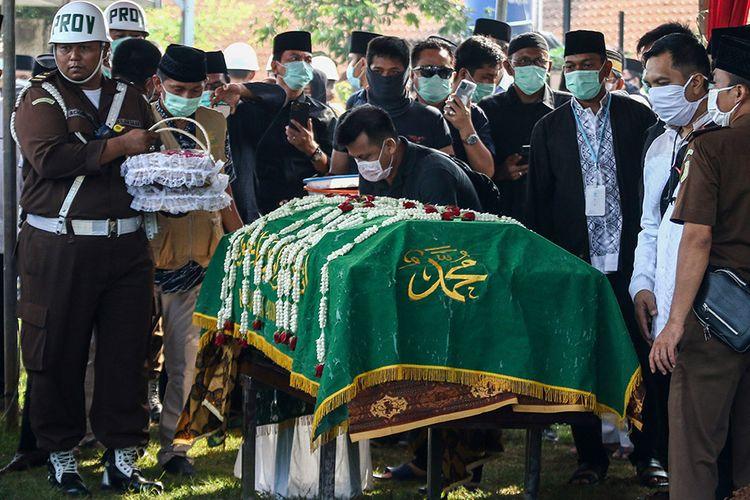 Kerabat berada di dekat peti jenazah Almarhum Wakil Jaksa Agung Arminsyah saat akan dimakamkan di Tempat Pemakaman Umum (TPU) Pedongkelan, Jakarta, Minggu (5/4/2020). Wakil Jaksa Agung Arminsyah meninggal dunia dalam kecelakaan yang terjadi di Tol Jagorawi kilometer 13 pada Sabtu (4/4/2020) pukul 14.25 WIB.