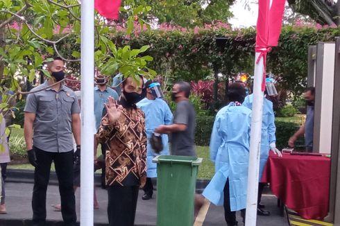 Jokowi Bagikan Seribu Paket Sembako Secara Mendadak di Gedung Agung Yogyakarta