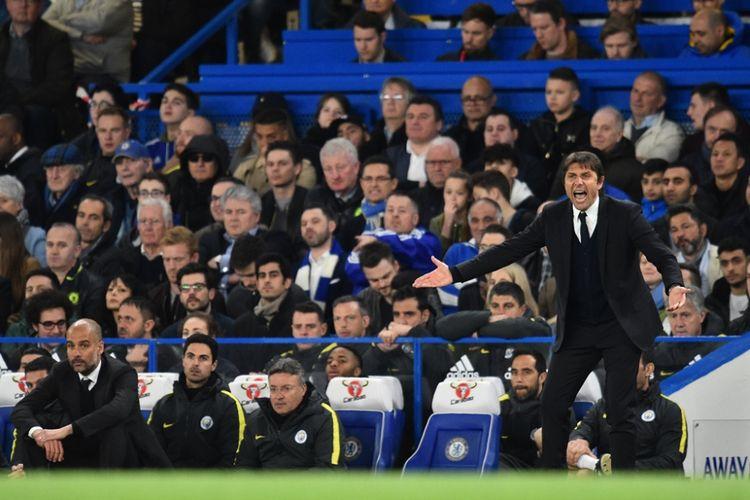 Antonio Conte memberikan instruksi dari pinggri lapangan saat Chelsea melawan Manchester City pada partai lanjutan Premier League - kasta teratas Liga Inggris - di Stadion Stamford Bridge, Rabu (5/4/2017).
