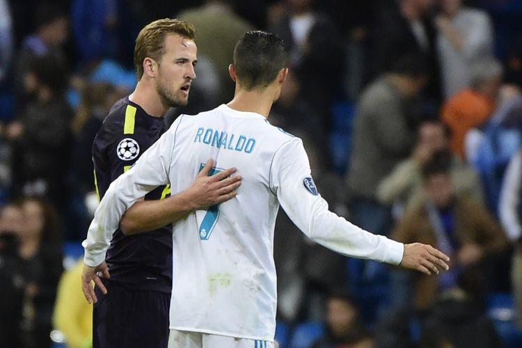 Harry Kane (kiri) dan Cristiano Ronaldo bertemu dalam partai Liga Champions antara Real Madrid dan Tottenham Hotspur di Santiago Bernabeu, Madrid, 17 Oktober 2017.