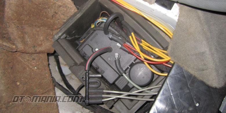 Motor central lock Mercy yang berada di bawah jok belakang mobil.