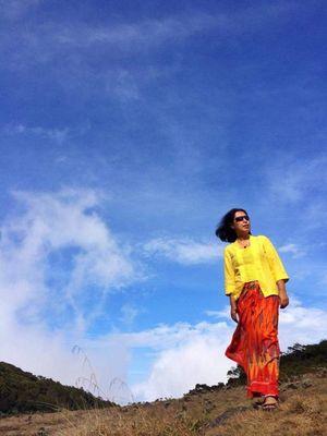 Rahmi Hidayanti, penggemar naik gunung yang juga hobi berkebaya.