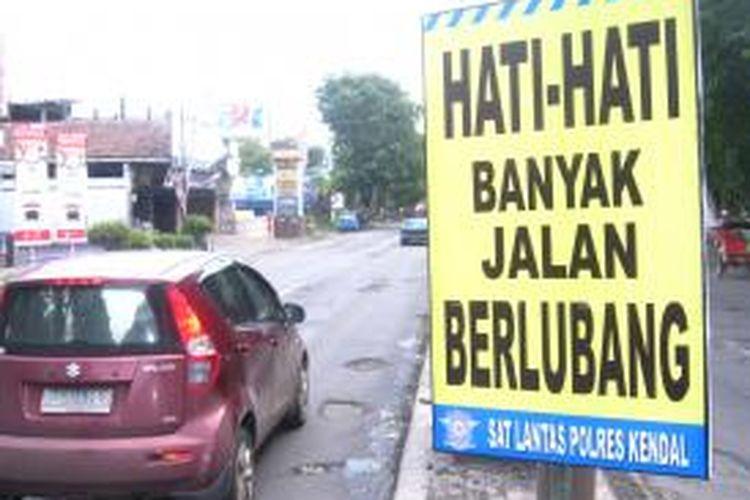 Tulisan Peringatan Bahaya Lubang jalan di Pantura Kendal