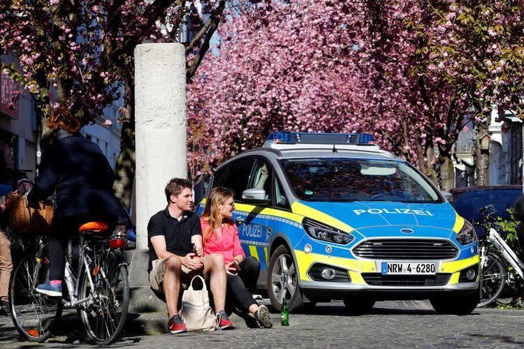 Polisi berpatroli di area bunga sakura di Bonn, Jerman.