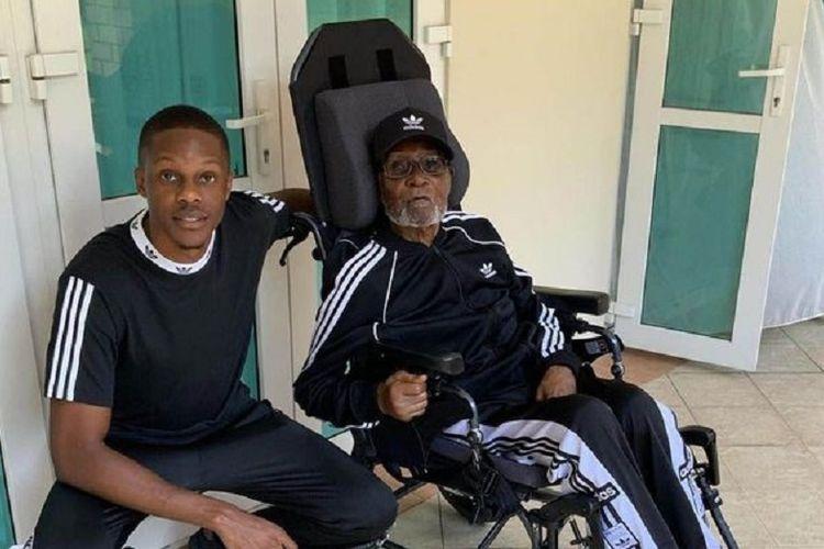 Mendiang mantan Presiden Zimbabwe Robert Mugabe bersama putranya, Robert Junior, di rumah sakit Singapura. Foto itu diambil sebelum Mugabe dilaporkan meninggal dalam usia 95 tahun Jumat (6/9/2019).