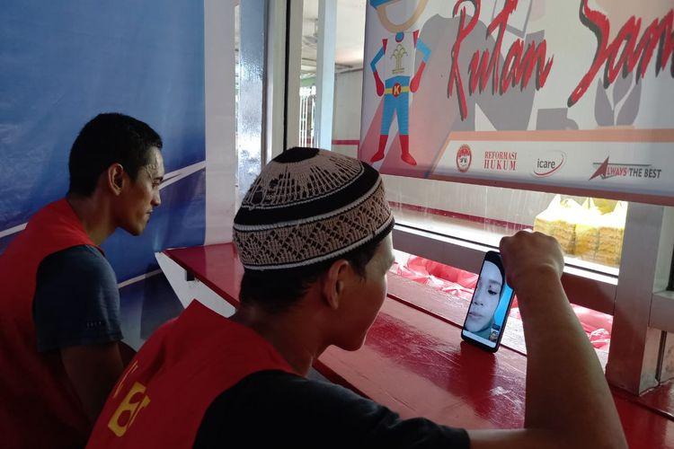 Dua napi di Rutan Kelas IIA Sempaja, Samarinda, sedang ngobrol virtual bersama keluarga saat Hari Raya Idul Fitri 1442 Hijriah, Kamis (13/5/2021).
