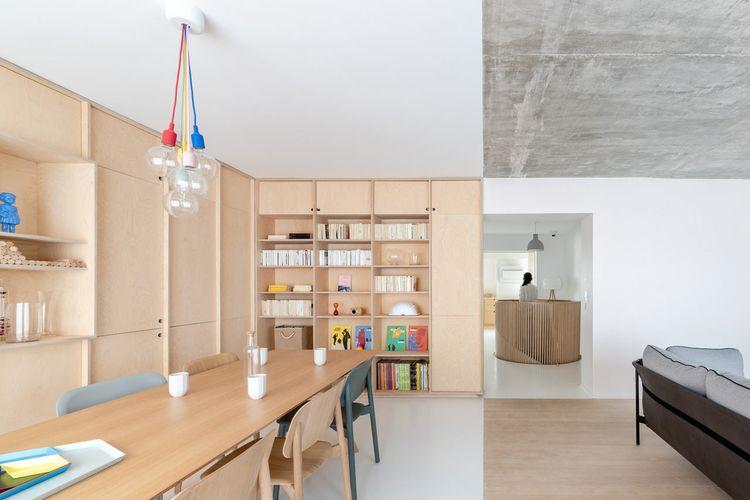 Open living space di lantai utama apartemen