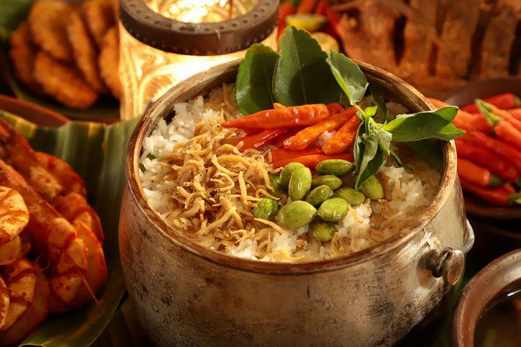 Ilustrasi nasi liwet khas Sunda yang disajikan di ketel.