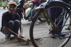 Kisah Abdul Sukur, Kakek Pengayuh Becak yang Sukarela Tambal Jalan Berlubang