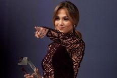 Jennifer Lopez Terima Penghargaan HAM