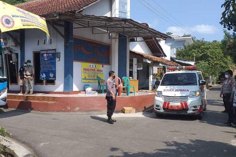 Evakuasi warga yang terpapar Covid-19 di Desa Danarja, Kecamatan Banyumas, Kabupaten Banyumas, Jawa Tengah, Sabtu (15/5/2021).