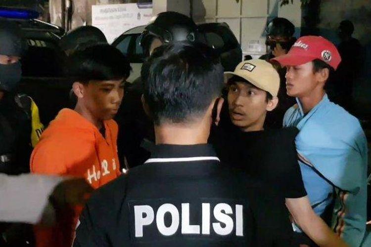 Personel Polrestro Jakarta Timur saat mengamankan remaja yang diduga terlibat tawuran di Jatinegara, Minggu (24/5/2020).