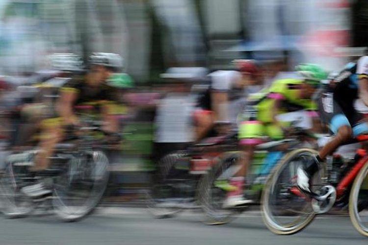 Para pebalap berusaha menjadi yang tercepat dalam International Tour de Banyuwangi Ijen (ITdBI) etape ketiga di Banyuwangi, Jawa Timur, Jumat (13/5/2016). Dalam etape yang menempuh jarak 127,1 kilometer (kriterium) tersebut, pebalap Jason Christie dari tim Kenya Raiders Downunder menjadi yang tercepat dengan mencatat waktu 2 jam 55 menit 57 detik.