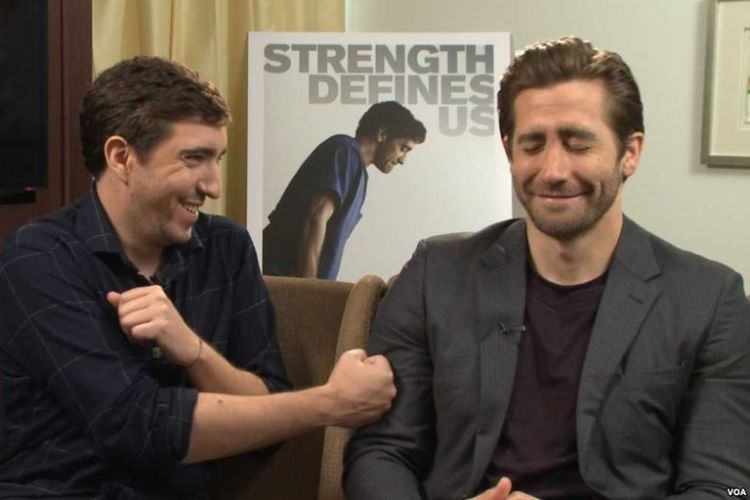 Aktor Jake Gyllenhaal (kanan) dan Jeff Bauman difoto pada 21 September 2017. Bauman merupakan penyintas peristiwa peledakan bom Boston Marathon 2013. Gyllenhaal main sebagai Bauman dalam film Stronger.