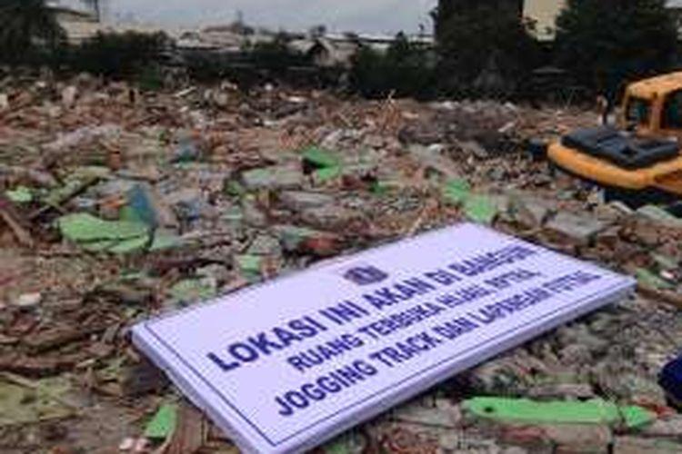 Tampak papan pengumuman dari Pemerintah Provinsi DKI Jakarta yang didirikan di atas reruntuhan Kalijodo, Jakarta Utara, Senin (29/2/2016). Ke depan, bekas lokalisasi dan tempat hiburan malam selama puluhan tahun itu akan menjadi ruang terbuka hijau, ruang publik ramah anak, jogging track, dan lapangan futsal.