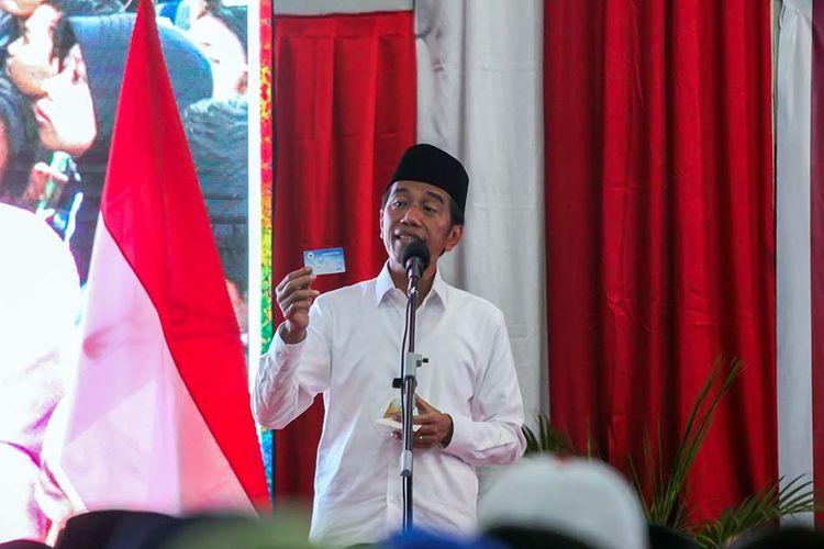 Presiden Joko Widodo menunjukkan kartu Pra Kerja di Aceh, Selasa (26/3/2019).