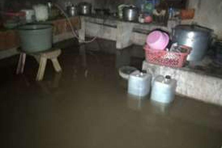 Banjir dinihari bikin panik warga Mamuju utara, sulawesi barat, Kamis dinihari tadi (15/9). Warga yang tertidur lelap panik lantaran lantai rumah dan perabotan mereka tiba-tiba terendam banjir.