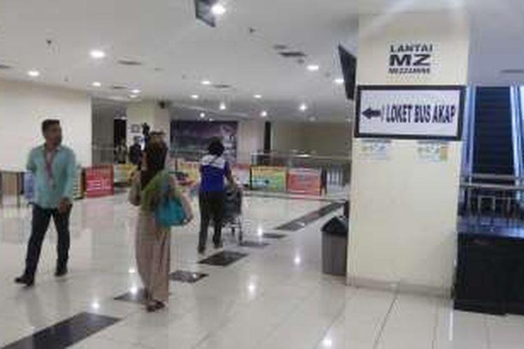 Salah satu petunjuk informasi yang terpasang di Terminal Pulo Gebang, Cakung, Jakarta Timur yang terpantau menggunakan kertas yang ditempel di dinding. Kondisi itu menjadi sorotan Pelaksana Tugas (Plt) Gubernur DKI Jakarta Sumarsono dalam kunjungannya ke lokasi tersebut, Sabtu (12/11/2016).